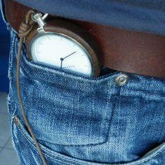 Si llevas pantalones vaqueros, es posible que te hayas preguntado por el pequeño bolsillo en el interior del bolsillo derecho. Este compartimento permitía en otro tiempo meter un reloj de bolsillo. Por tradición se ha mantenido entre los fabricantes. #jeans #reloj #bolsillo http://www.pandabuzz.com/es/sabias-del-dia/vaquero-bolsillo-reloj