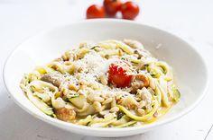 Makkelijke courgetti met courgette, pesto, tomaat, knoflook, champignons, pijnboompitten, parmezaanse kaas en kip. Lekker en makkelijk.