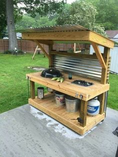 How to Make an Outdoor Kitchen Upcycled Pallet Outdoor Grill - Pallet Furniture Project Backyard Patio, Backyard Landscaping, Backyard Kitchen, Summer Kitchen, Kitchen Grill, Rustic Backyard, Backyard Barbeque, Kitchen Appliances, Patio Bar