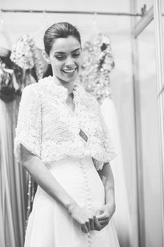 Fitting desfile Isabel Zapardiez · Fotos Sara Frost · Tendencias de Bodas Magazine Backstage, Ruffle Blouse, Weddings, Design, Fashion, Boyfriends, Gowns, Grey And Beige, Cat Walk