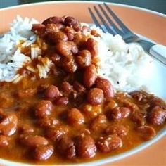 Rajma (Kidney Bean Curry) - This delicious vegetarian stew is made in the pressure cooker, using dried kidney beans and a spice paste with garlic, ginger, and onion. Serve over rice or with flatbreads for a flavorful and wallet-friendly dinner. Kidney Bean Curry Recipe, Red Kidney Beans Recipe, Sandwich Au Porc, Vegetarian Stew, Vegetarian Recipes, Pescatarian Recipes, Healthy Recipes, Pollo Guisado, Beans Curry