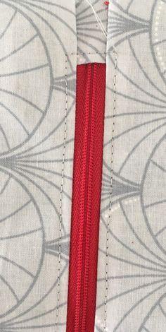 Trousse bicolore au passepoil argenté. - Octavie à Paris Paris, Home Decor, Scrappy Quilts, Cosmetic Bag, Zippers, Dressmaking, Tutorial Sewing, Couture Facile, Diy Makeup Bag