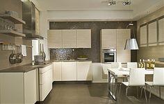 Klassieke keuken met pijn houten fronten en zithoek
