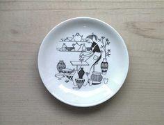 "mini plate ""FACTORY VISIT""   No.RU-mpfc01  SOLD OUT  decoration: Raija Uosikkinen ライヤ ウオシッキネン   maker: ARABIA (finland) >>   size: φ9.5cm  porcelain"