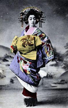 Tayuu, ca. 1900. Les Tayuu ou les Oiran ne sont pas des Geisha mais des courtisanes de luxe. On les reconnait à leur Obi noué sur le devant, plus pratique à défaire et refaire.