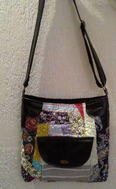 Bolsa carteiro, com alça regulável, couro sintético, fechamento em ziper e bolso interno, uma peça totalmente artesanal o que lhe dá característica de exclusiva. Faça sua encomenda.