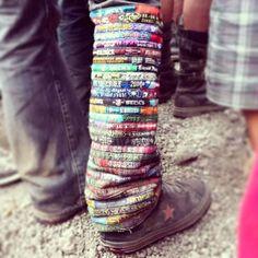 I braccialetti dei festival sono diventati ormai oggetti di culto: c'è chi li tiene al polso per mesi, lasciando che sotto il sole la pelle diventi a strisce, pur di mostrare con orgoglio la propria partecipazione a un grande evento e provare...