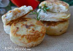 Focaccine veloci con salmone e ricotta ricetta facile un'idea da portare in tavola come antipasto e aperitivo delle feste, facilissime, saporite e sfiziose