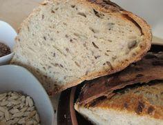 Il pane semi-integrale con semi misti, a lievitazione naturale, è un pane davvero buono e rustico. Ho utilizzato una farina semi integrale e nell'impasto ho aggiunto tanti semi misti che fanno bene all'organismo e conferiscono anche un sapore speciale a questo pane! Ecco come l'ho realizzato.