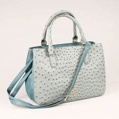 Táto kabelka bude zaručene patriť k najzaujímavejším kúskom vášho šatníka! Jedinečná modrá farba vám určite padne do oka.