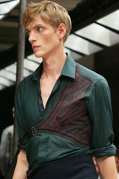Dries Van Noten- Spring 2015 Menswear. Toque de bordados en honor a las prendas usadas por el fámoso bailarín.