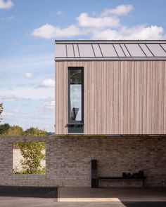 Weathered timber cladding covers shed-like Field House in rural England/ Spratley & Partners. Zinc Cladding, Exterior Cladding, Roof Cladding, Cantilever Architecture, Residential Architecture, Zinc Roof, Agricultural Buildings, Rural House, Timber House