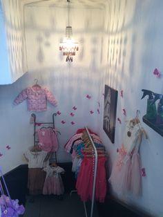 Lasten vaatteita ja vaaleanpunaisia unelmia Ranskalaisella Kyläkaupalla.