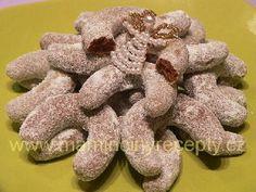 Kakaové rohlíčky Burlap Wreath, Gingerbread Cookies, Advent, Sweets, Food, Gingerbread Cupcakes, Gummi Candy, Candy, Essen