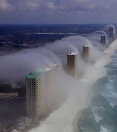 Les gratte-ciels de Floride pris d'assaut par des nuages ( Crédit : JR Hott / Panhandle helicopter)