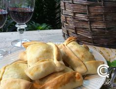 Empanadas Chilenas Good Food, Yummy Food, Hand Pies, American Food, New Recipes, Tart, Food And Drink, Bread, Dinner