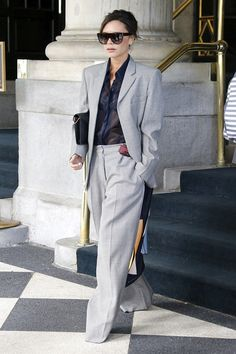 Victoria Beckham Shows Off Her Street Style Ahead of Breast Cancer Research Foun. - Victoria Beckham Shows Off Her Street Style Ahead of Breast Cancer Research Foundation Gala - Mode Victoria Beckham, Victoria Beckham Outfits, Victoria Beckham Fashion, Vic Beckham, Beckham Suit, Style Outfits, Classy Outfits, Fashion Outfits, Spice Girls