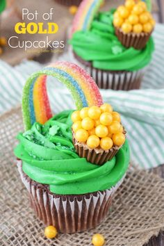 Pot of Gold Cupcakes | These cupcakes are perfect for those with a tight timeline. You can still have fun decorating and create some impressive cupcakes, but someone gets to do a lot of the heavy lifting for you! @fickrj5