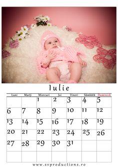 Calendar luna Iulie cu tema domnisoara in roz.