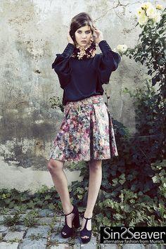 Wunderschöner Blumenrock ausgestellt mit Falten von SinWeaver alternative fashion from Munich auf DaWanda.com