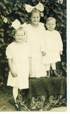 lucille, evelyn, & robert coggeshall, 1916.  my great-aunt, grandmother, & great-uncle.  love the big bows !