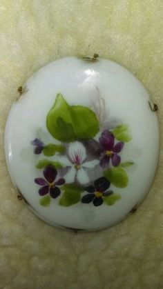 ANTIQUE-HANDPAINTED-PORCELAIN-BROOCH-PIN-VIOLETS-BRASS-BACK-PRETTY