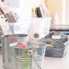 Маленькие ведра олова и баки, используемые на столе для личных принадлежностей