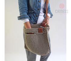 Looks chic and feels just right. For the - Salvabrani Bag Crochet, Crochet Handbags, Looks Chic, Linen Bag, Tote Pattern, T Shirt Yarn, Knitted Bags, Handmade Bags, My Bags