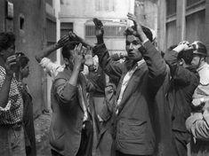Le massacre de civils fomenté par le FLN dans le département de Constantine, en août 1955, débouche sur une répression sanglante menée par l'armée française. Des milliers de prisonniers algériens sont abattus. (AFP)