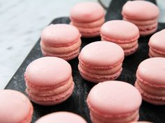 Macarons med hallonmousseline | Recept från Köket.se Roy Fares, Macarons, Strawberry Desserts, Mini Cupcakes, Afternoon Tea, Cheesecake, Food Porn, Dessert Recipes, Food And Drink