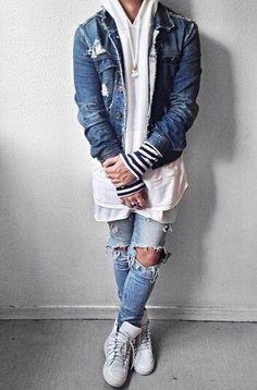 Acheter la tenue sur Lookastic: https://lookastic.fr/mode-homme/tenues/veste-en-jean-sweat-a-capuche-t-shirt-a-col-rond/19645   — Sweat à capuche blanc  — Veste en jean bleu  — T-shirt à col rond blanc  — Jean skinny déchiré bleu clair  — Baskets montantes blanches