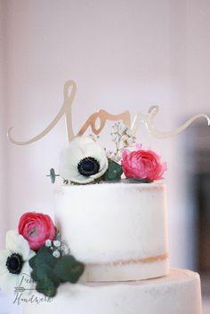 Feines Handwerk: Semi naked Cake mit Ranunkeln, Anemone und Eukalyptus