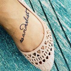 Pequeño tatuaje que dice 'Wanderlust' (en español significa algo así como 'pasión por viajar') en el pie de Itskymliza.
