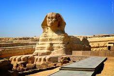 Necropoli di Giza, presso Il Cairo. La Sfinge ca 2550-2500 a.C. Collinetta calcarea scolpita, altezza 20 metri, lunghezza 73,50 metri.
