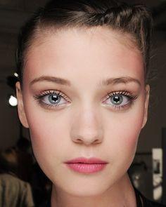 Trendy Braut Make-up mit viel Mascara, rosigen Wangel und leicht pinkem Lippenstift