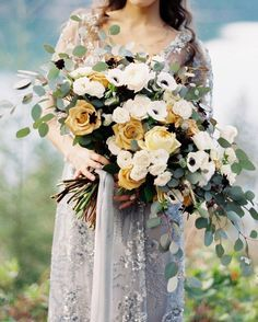 Stunning floral wedding bouquet with subtle foliage for autumn by @hintofchic graceful #bridalinspiration