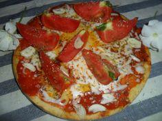 Pizza al ajo con tomates frescos. Ver receta: http://www.mis-recetas.org/recetas/show/44094-pizza-al-ajo-con-tomates-frescos