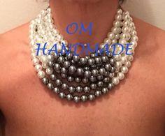 20171001Collana girocollo maxi, importante, realizzata con perle in acrilico color neve e perle grige Parte posteriore in pelle. di OMhandemade su Etsy https://www.etsy.com/it/listing/491614398/20171001collana-girocollo-maxi