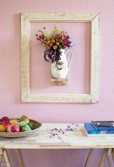 Quer um pouco de surpresa na decoração? Esta sugestão para a sala ou para o hall usa uma moldura vazia para destacar o vaso de flor. Por R$ 708,10