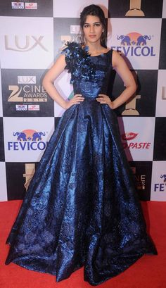 While Ranveer Singh was seen spending some time with Parineeti Chopra, Arjun Kapoor was wearing red heels at the red carpet. Zee Cine Awards 2016 was a star-studded night. Men's Fashion, Lakme Fashion Week, Fashion Hacks, Indian Bollywood Actress, Bollywood Fashion, Bollywood Actors, Indian Dresses, Indian Outfits, Indian Attire
