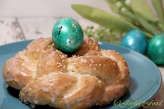 Das Rezept für einen saftigen Hefekranz. Perfekt für Ostern als kleines Mitbringsel oder in die Kirche zum Weihen. In die Mitte passt ein Osterei.