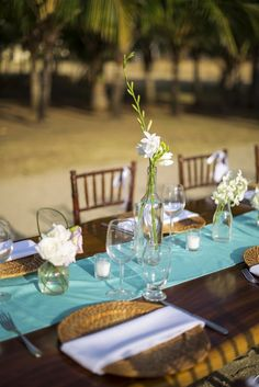 Y'all have no idea how gorgeously simple this tablescape is. Stunning. Would be perfect to recreate with your own colors! | A Rustic Chic Costa Rica Wedding | LFF Designs | www.facebook.com/LFFdesigns
