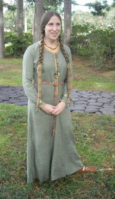 Green Kentish brooch-closed dress, 6th cent. reproduction.  I met Greet at Magna Faire 2007. This woman is so creative it's astounding! And her breadth and depth of knowledge of the middle ages is impressive indeed!