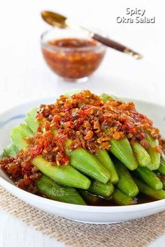 Spicy Okra Salad with a garlic chili sauce and dried shrimps dressing. Very appetizing and best served with a bowl of steamed rice. Vegetarian Grilling, Healthy Grilling Recipes, Barbecue Recipes, Cooking Recipes, Barbecue Sauce, Oven Recipes, Easy Cooking, Cooking Tips, Easy Recipes