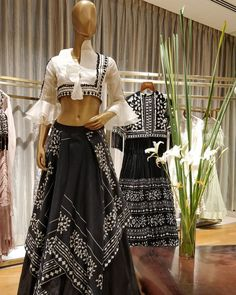 Loving everything about Cinco by that's embracing chic styles and monochromes palettes. Choli Blouse Design, Blouse Designs, Blouse Patterns, Indian Attire, Indian Ethnic Wear, Indian Designer Outfits, Designer Dresses, Indian Dresses, Indian Outfits