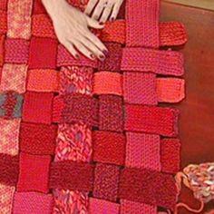 Un tapis tissé en tricotin