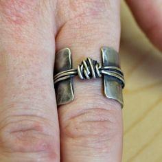 Sterlingsilber - Pfund Sterling-Band Ring - texturierte Silberring - Pfund Sterling Knot Ring - organische Pfund Sterling Ringschiene - rustikale Silber Ring - klobig  Dieser Ring wird auf Bestellung hergestellt. Bitte erlauben Sie 1 Woche in Anspruch. Bestellen Sie einfach die Größe, die Sie brauchen.  Dies ist ein Spaß, rustikale Sterling silber Ring mit einer offenen Band vorne und einen Knoten. Diese werden von Hand hergestellt, die von mir in meinem Studio.  Die Band ist weit und breit…
