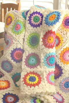 I think I am in love.....with this Sunburst Granny pattern.  Yes, I'm pretty sure of it since I can't seem to help myself. I keep making cir...
