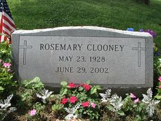 Celebrity Headstones-Rosemary Clooney, American singer and actress. Her nephew is George Clooney. Cemetery Monuments, Cemetery Headstones, Old Cemeteries, Graveyards, Cemetery Art, Peace In The Valley, Famous Tombstones, Rosemary Clooney, Famous Graves