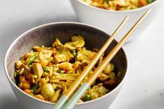 rijstgerecht - varkensfilets, garnalen, ... - Breng in een grote pan de kippenbouillon aan de kook. Voeg er de rijst aan toe en laat 10 minuten koken tot de rijst gaar is en de bouillon opgenomen is. Haal van het vuur en laat afgedekt rusten.